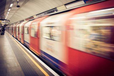 In the interest of your safety – uważaj na nadjeżdżający pociąg